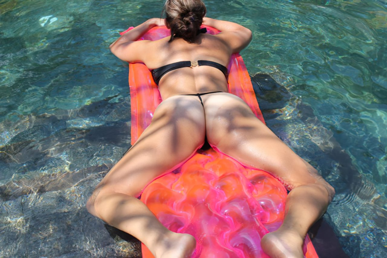 Mulher Relaxando Piscina (2)