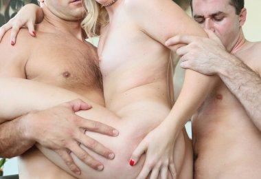 Mulher Fodendo Homens Mesmo Tempo (6)