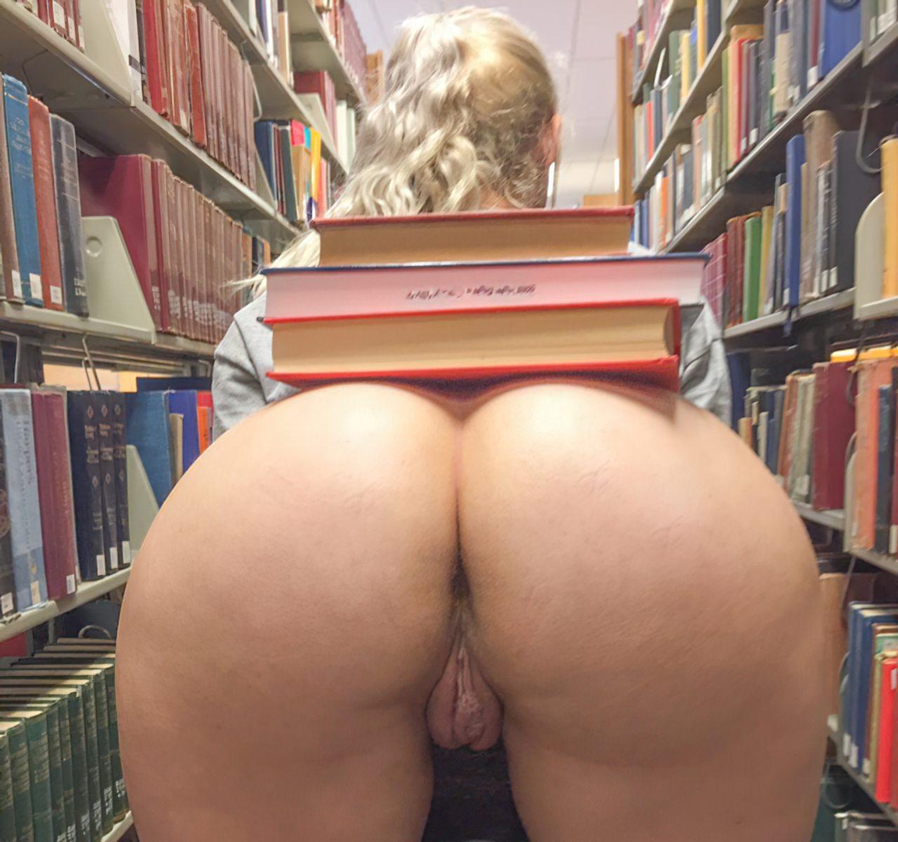 Estudante na Biblioteca (2)