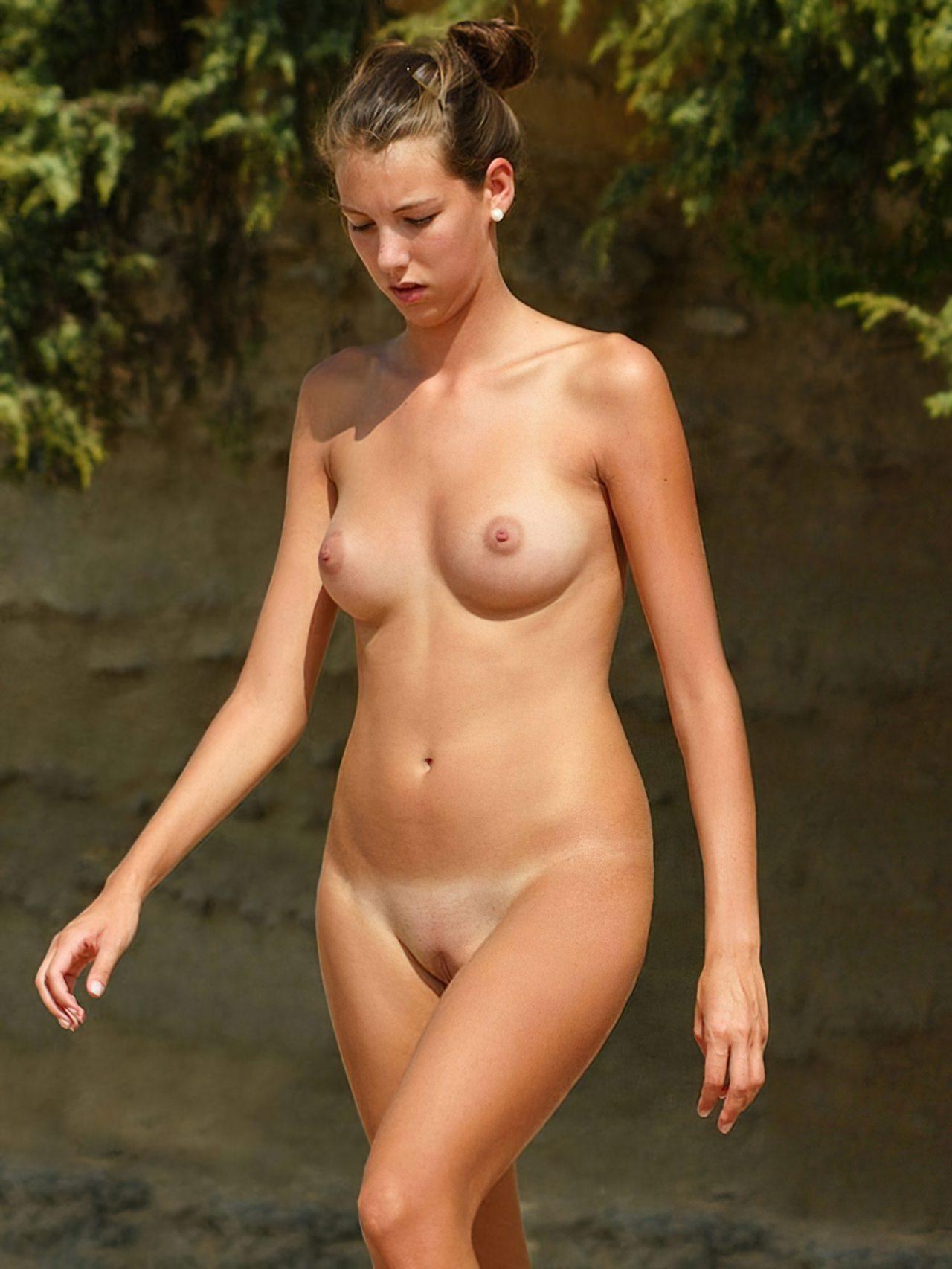 Mulher Sexy na Praia Nudista (2)