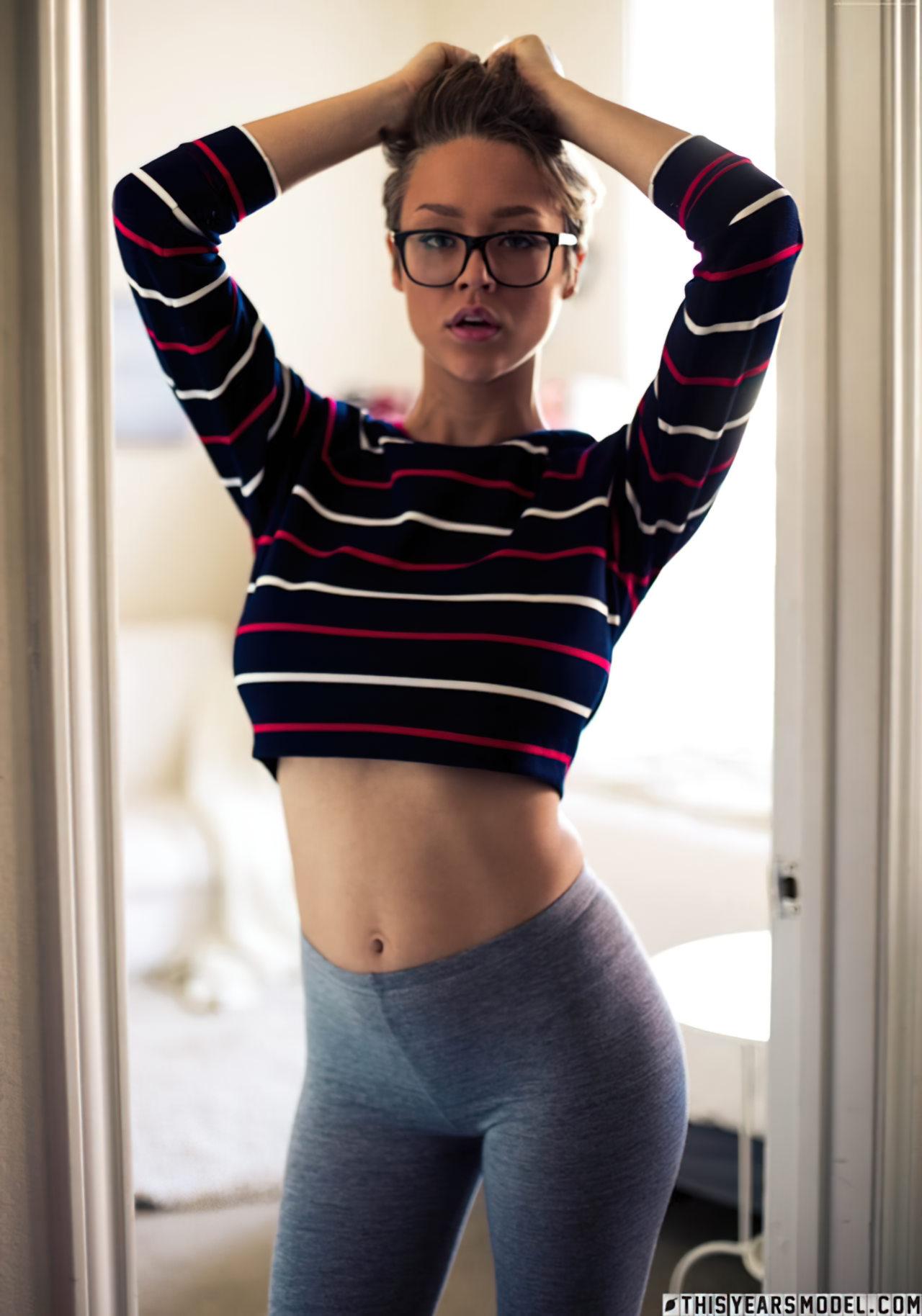 Sabrina Nichole Tirando a Roupa (1)