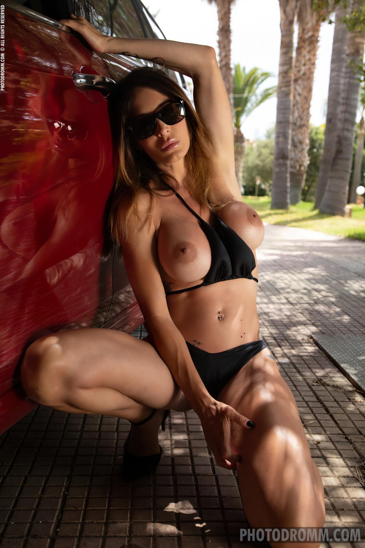 Mulher Lavando Carro Nua (3)