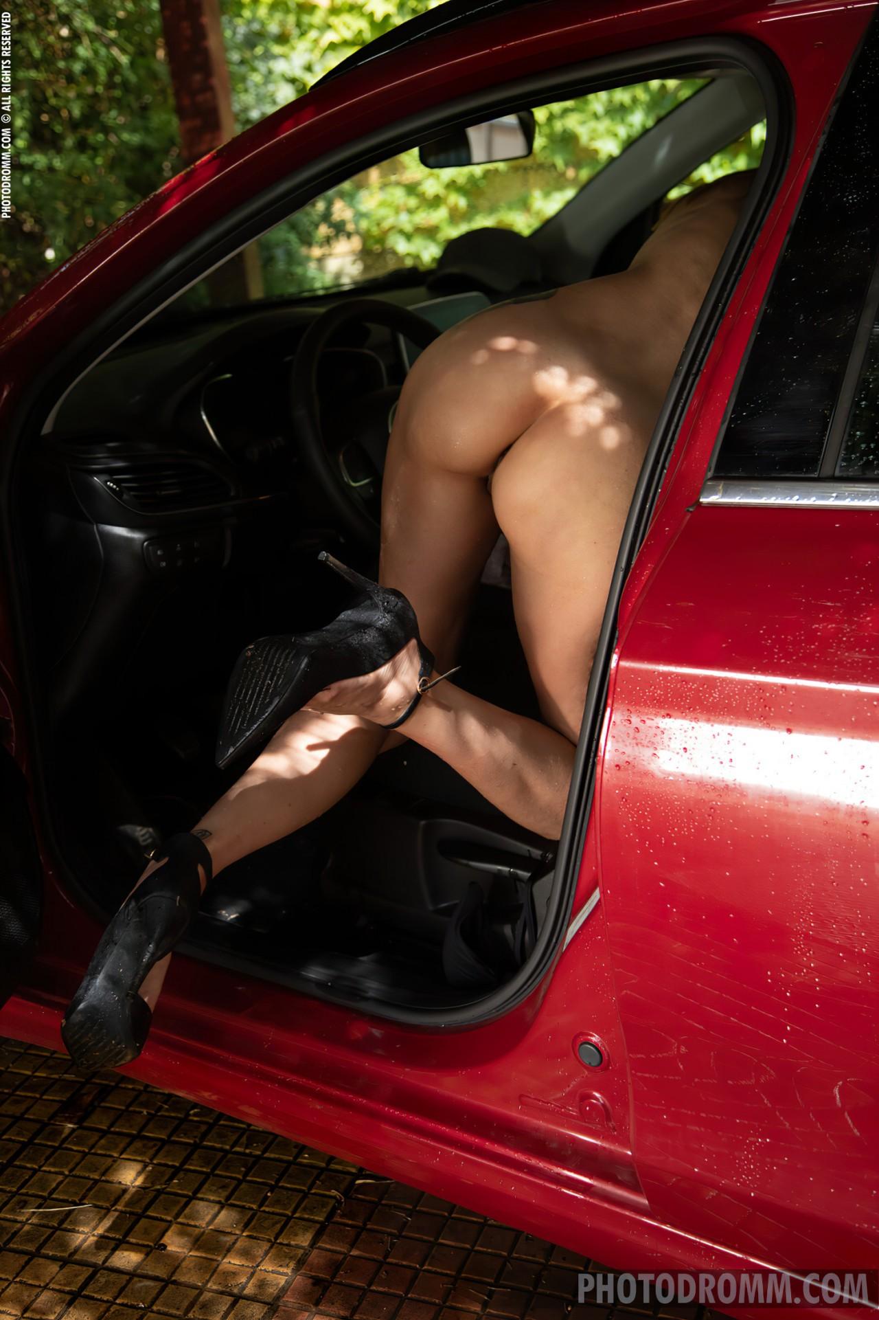 Mulher Lavando Carro Nua (11)