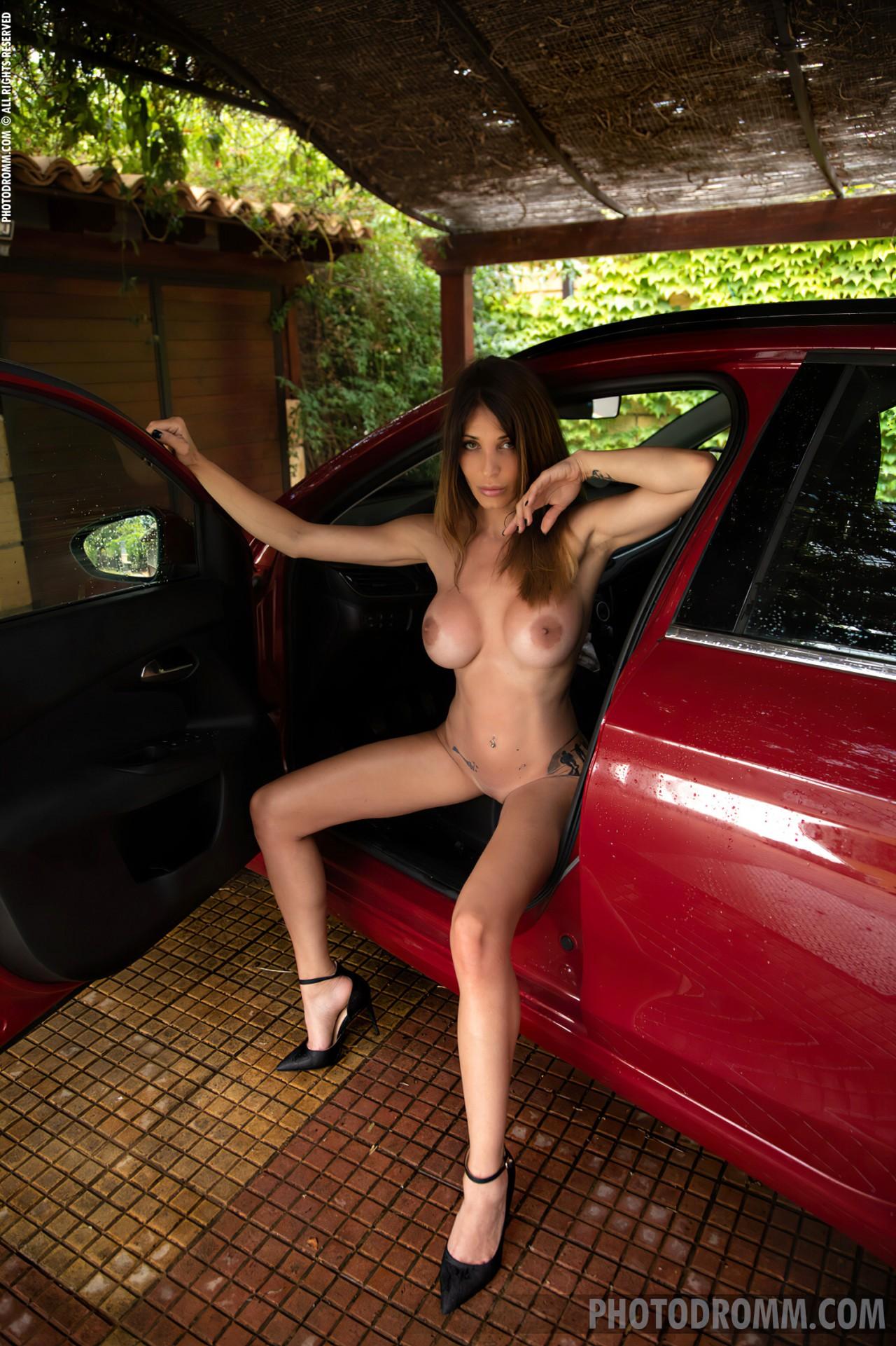 Mulher Lavando Carro Nua (12)